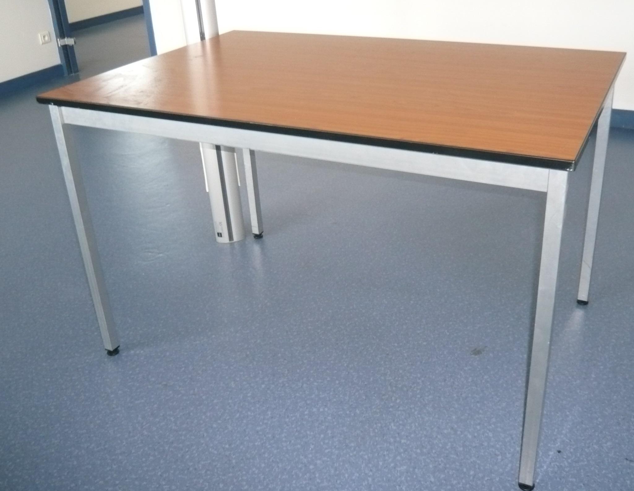Tables 4 pieds merisier burocase for Bureau 4 pieds